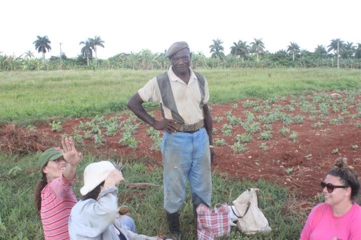 Μέλη της Ευρωπαϊκής μπριγάδας με υπεύθυνο συνεταιριστικού αγροκτήματος που πολέμησε εθελοντικά στην Αγκόλα τη δεκαετία του 1980. Φωτογρ. Μ. Μεχραμπιάν