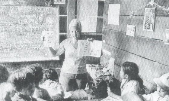 Κουβανή δασκάλα στην Ατλαντική Ακτή της Νικαράγουα. «Το 1979, όταν η Νικαράγουα ζήτησε 2.000 δασκάλους, προσφέρθηκαν 30.000 εθελοντές από την Κούβα. Και όταν οι αντεπαναστατικές ομάδες που οργάνωνε η Ουάσιγκτον δολοφόνησαν κάποιους από αυτούς τους δασκάλους, προσφέρθηκαν 100.000». – Από ομιλία του Φιντέλ Κάστρο το 1998. (Η φωτογραφία από το βιβλίο)