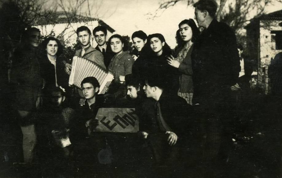 ΕΠΟΝίτες τραγουδούν τα κάλαντα, τα Χριστούγεννα του 1944 στην Πρέβεζα