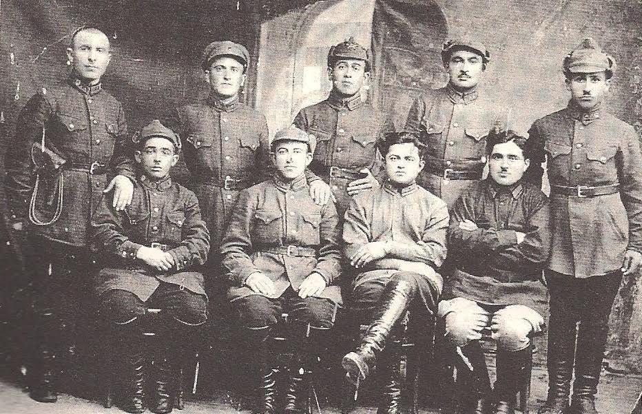 Ομάδα στρατιωτών του Κόκκινου Στρατού. Στην πίσω σειρά (κέντρο) ο Δημήτρης Ακριτίδης. 1924 (Αρχείο Ελληνισμού Μαύρης Θάλασσας)