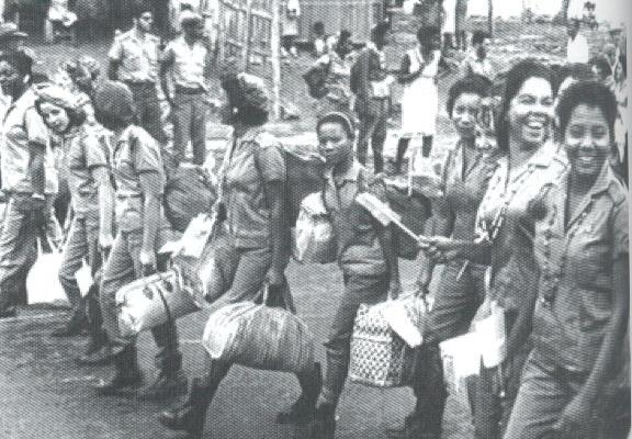 Νεαρές δασκάλες ανάγνωσης και γραφής οδεύουν προς την επαρχία, αρχές 1961. Εκατό χιλιάδες εθελοντές, στην πλειοψηφία τους γυναίκες, πολλές μόλις έφηβες, εντάχτηκαν στη μπριγάδα νεολαίας Κονράδο Μπενίτες. Η μπριγάδα αυτή ονομάστηκε έτσι προς τιμή ενός νεαρού δασκάλου που δολοφονήθηκε από αντεπαναστάτες υποστηριζόμενους από την Ουάσιγκτον. (Φωτογραφία από το βιβλίο)