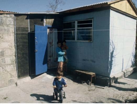 Παιδί με ποδήλατο σε φτωχική αυλή χωρίς καμιά προστασία