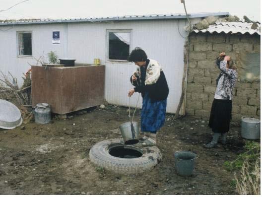 Σπίτι χωρίς νερό μέσα στο σπίτι, σε υποβαθμισμένη περιοχή. Αυτή η κατάσταση και αυτές οι συνθήκες εμποδίζουν τους ανθρώπους να προχωρήσουν στην ζωή τους και να πετύχουν κάτι καλύτερο. Και μόνο ο τόπος και ο τρόπος που ζουν οδηγεί σε κοινωνικές διακρίσεις εναντίον τους.