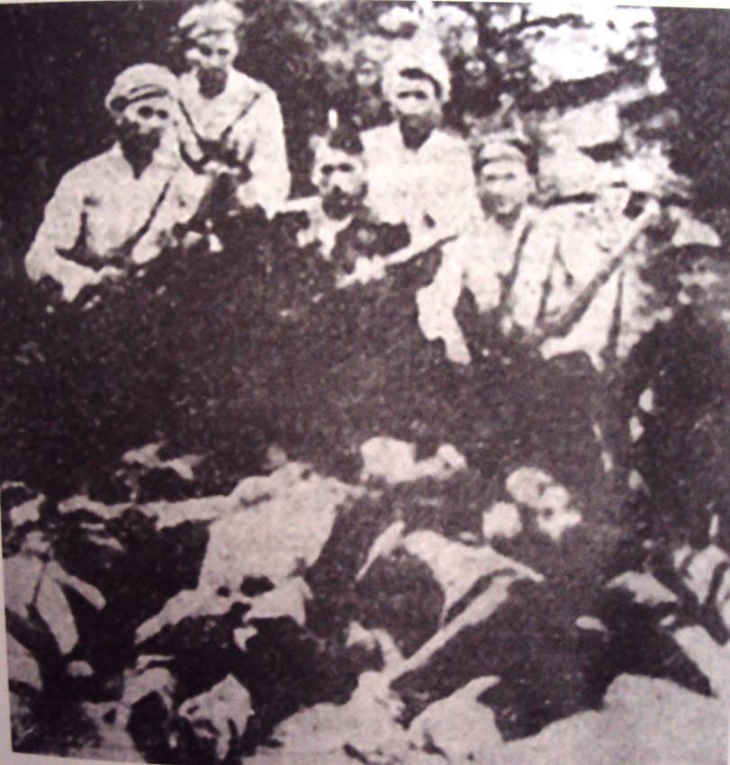 """«Η συμμορία του """"ήρωα της εθνικοφροσύνης"""" Αντών-Τσαούς με τους Βούλγαρους συμμάχους τους. Από αριστερά Ουζούνης, Γεώργιος Σκαρλατάκης, Νικόλαος Τεζόπουλος. Στη μέση και την άκρη με τα μαύρα Βούλγαροι στρατιώτες. Στα πόδια τους σφαγμένοι, οι αντιστασιακοί και μέλη του ΕΑΜ: Ηλίας Νταγνιτζής, Μιχάλης Πορφίδης, Γιουμουρτζής, Δ. Παπαδόπουλος, Τσότσογλου και Καραγιαννίδης.» Πηγή φωτογραφίας: Κόκκινος φάκελος"""