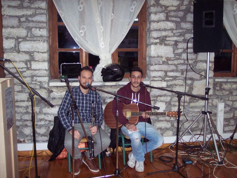 Ο Αλέξης και ο Γιώργος, φοιτητές του Τμήματος Λαϊκής και Παραδοσιακής Μουσικής του ΤΕΙ Ηπείρου
