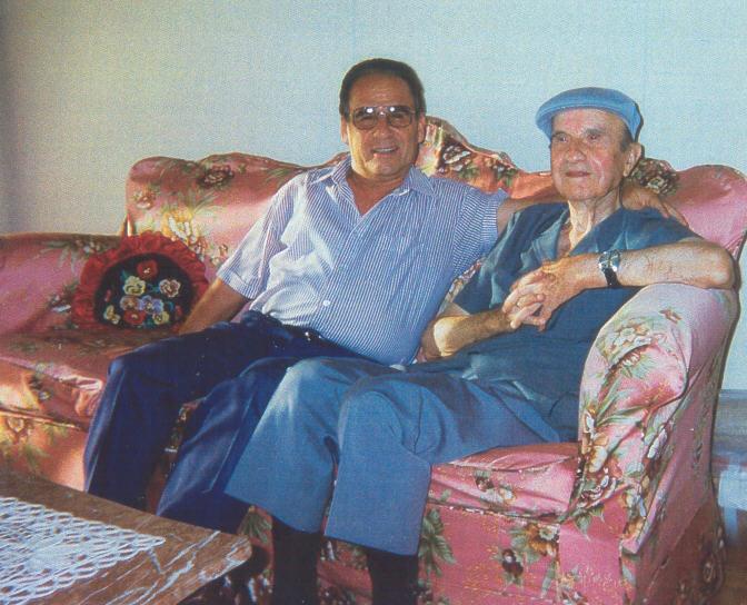 """Γιάννης Λίππας (με το καπέλο) και Χρήστος Νταβαντζής (Πηγή φωτογραφίας το υπό έκδοση βιβλίο του Χρ. Νταβαντζή """"Όσα επέζησαν στη μνήμη - Οδοιπορικό μιας ζωής"""""""