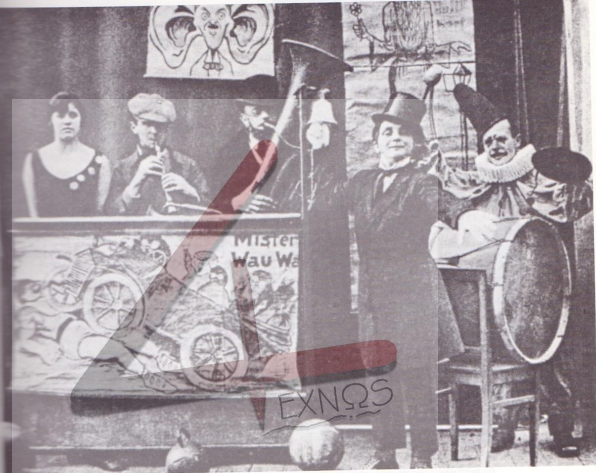 Ο Μπρεχτ κλαρενιτίστας στο βαριετέ του Βάλεντιν, στο Μόναχο, με τον θιασάρχη Καρλ Βάλεντιν (μπροστά) και την λιζλ Κάρλαστατ (αριστερά)