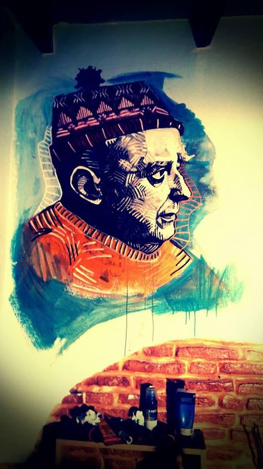 Η φωτογραφία είναι μέρος τοιχογραφίας του Παύλου Αλεξανδράκη που κοσμεί το μεζεδοπωλείο Μαραμπού που σύντομα ανοίγει τις πόρτες του στο Κουκάκι, στην οδό Ζαν Μωρεάς
