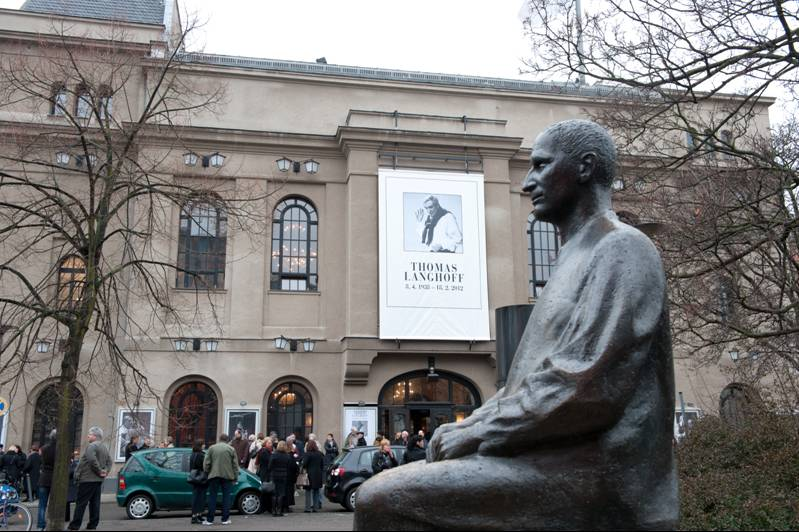 Το άγαλμα του Μπρεχτ έξω από το Μπερλίνερ Ανσάμπλ