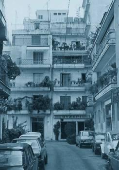 Η οδός Ελπίδος στην πλ. Βικτωρίας, όπου στην Κατοχή βρισκόταν το ξενοδοχείο «Κρυστάλ», άντρο της Ασφάλειας. Εδώ δολοφονήθηκε η Ηλέκτρα