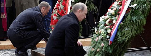 Ο ηγέτης της καπιταλιστικής Ρωσίας Βλ.Πούτιν αποτίει φόρο τιμής στους νεκρούς της «σοβιετικής θηριωδίας» στο Κατίν. Ο αντικομμουνισμός συνεχίζεται...