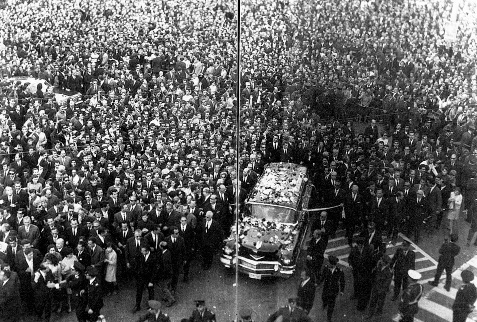 Η κηδεία του Γ. Σεφέρη μετατράπηκε σε διαδήλωση κατά της Χούντας.