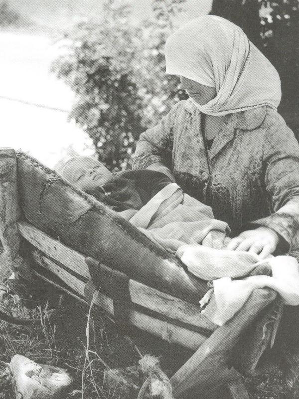 Κοιμίζοντας το μωρό στο σαμάρι, Ελασσόνα, 1968