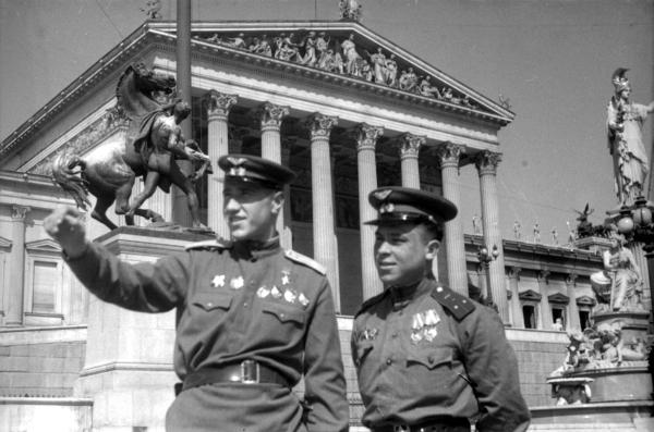 Απρίλης 1945. Σοβιετικοί αξιωματικοί μπροστά από το Κοινοβούλιο της Βιέννης.