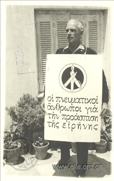 Ο ποιητής Αντώνης Μάρταλης στη 2η Μαραθώνια Πορεία για την Ειρήνη (1964) Πηγή φωτογραφίας: Συλλογή Ε.Λ.Ι.Α. Μ.Ι.Ε.Τ. ― Ελληνικό Λογοτεχνικό και ιστορικό Αρχείο (Ε.Λ.Ι.Α.)