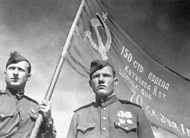 Μιχαήλ Αλεξέγιεβιτς Γεγκόροφ και Μελίτων Βαρλάμοβιτς Καντάρια με τη Σημαία της Νίκης