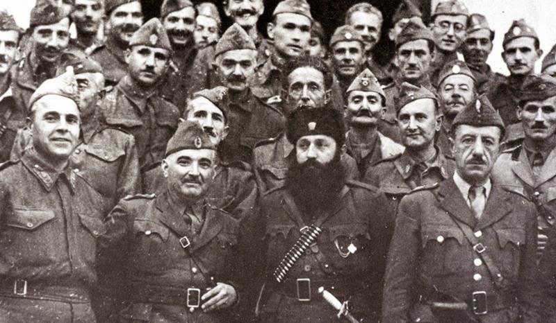 «Με αρχηγούς Σαμαρινιώτη, τον Σαράφη και τον Άρη…» Ο στρατηγός Στ. Σαράφης δίπλα στον πρωτοκαπετάνιο του ΕΛΑΣ Άρη Βελουχιώτη, με αξιωματικούς του ΕΛΑΣ