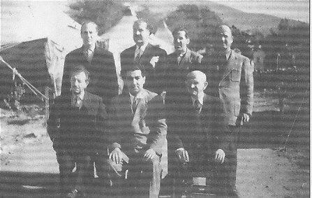 Αη Στράτης, 1951. Ο στρατηγός Στ. Σαράφης (καθιστός αριστερά) με τους άλλους εξόριστους βουλευτές της ΕΔΑ.