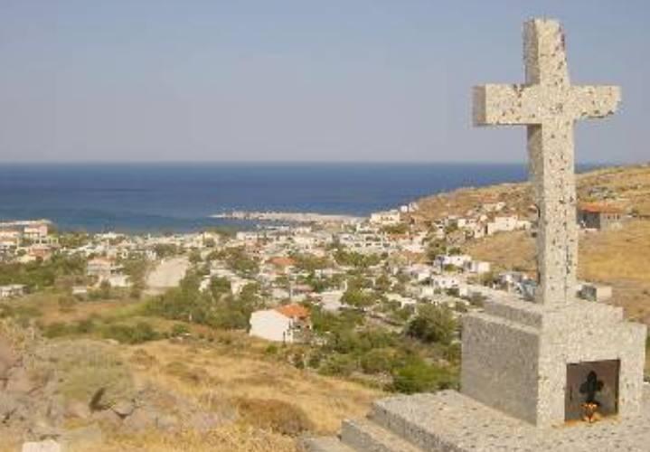Αη Στράτης. Το κενοτάφιο των δολοφονημένων από ασιτία 33 αγωνιστών, στο λόφο του Αγ. Μηνά.