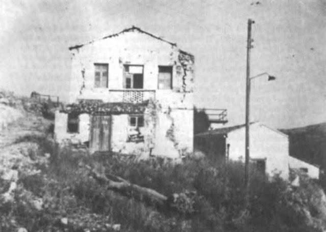 Ο «κεντρικός θάλαμος» στον Αη Στράτη. Εδώ, τον χειμώνα του 1941-42, οι πολιτικοί εξόριστοι (ανάμεσά τους ο Κώστας Πουρναράς – Μπόσης) θα δώσουν μάχη με την πείνα που τους επέβαλαν η χωροφυλακή και η ασφάλεια προκειμένου να υπογράψουν «δηλώσεις μετανοίας». 33 εξόριστοι θα χάσουν τη ζωή τους από την ασιτία και την έλλειψη περίθαλψης. Οι εξόριστοι δεν λύγισαν. Όσοι επέζησαν στη συνέχεια δραπέτευσαν.