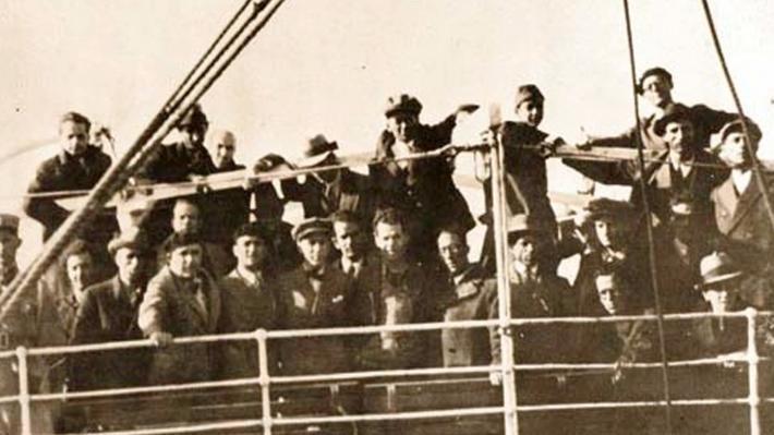 1935. Το καράβι «Μαρία Λ.» μεταφέρει εξόριστους από τη Μυτιλήνη στον Αη Στράτη. Ανάμεσά τους διακρίνονται ο Δημήτρης Γληνός και ο Κώστας Βάρναλης.