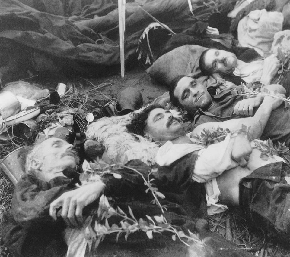 Νεκροί από κεραυνό που χτύπησε τη σκηνή τους στον 'Αη-Στράτη το 1947. Προσπαθούσαν να συγκρατήσουν τον ορθοστάτη της σκηνής. Aρχείο Βασίλη και Βύρωνα Μανικάκη. Πηγή: Μουσείο Δημοκρατίας Άγιος Ευστράτιος