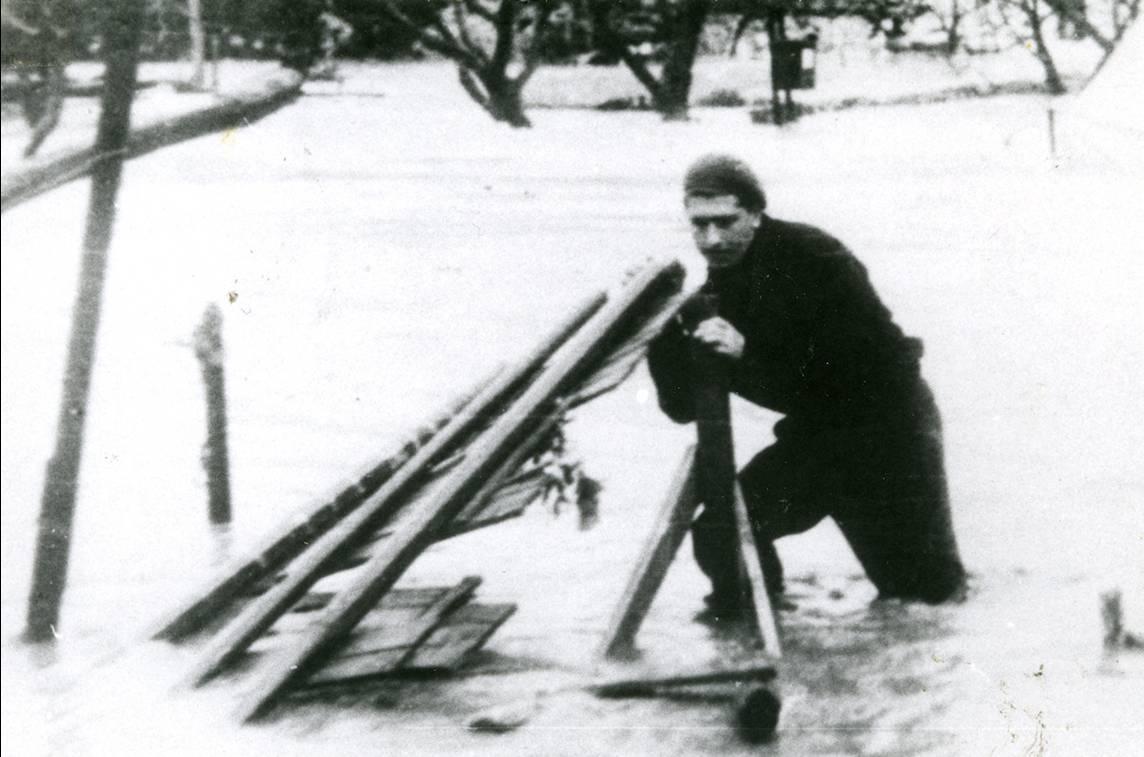 Αη Στράτης. Ο Γιώργος Φαρσακίδης προσπαθεί να περισώσει ένα κομμάτι από σκηνικό θεάτρου σε πλημμύρα του 1951. Αρχείο Γ. Φαρσακίδη.