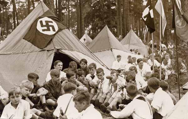 """Απρίλης 1933. Κατασκήνωση της νεολαίας της «Μεγάλης Γερμανικής Ομοσπονδίας"""" στο Βερολίνο Grunewald. (Αρχεία του Γερμανικού Κινήματος Νεολαίας (Ludwigstein)"""