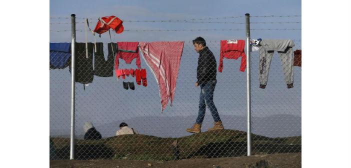 Ειδομένη, Ελλάδα – Οι εγκλωβισμένοι πρόσφυγες έχουν απλώσει μπουγάδα στο συρματόπλεγμα του αίσχους. Πηγή: Έθνος