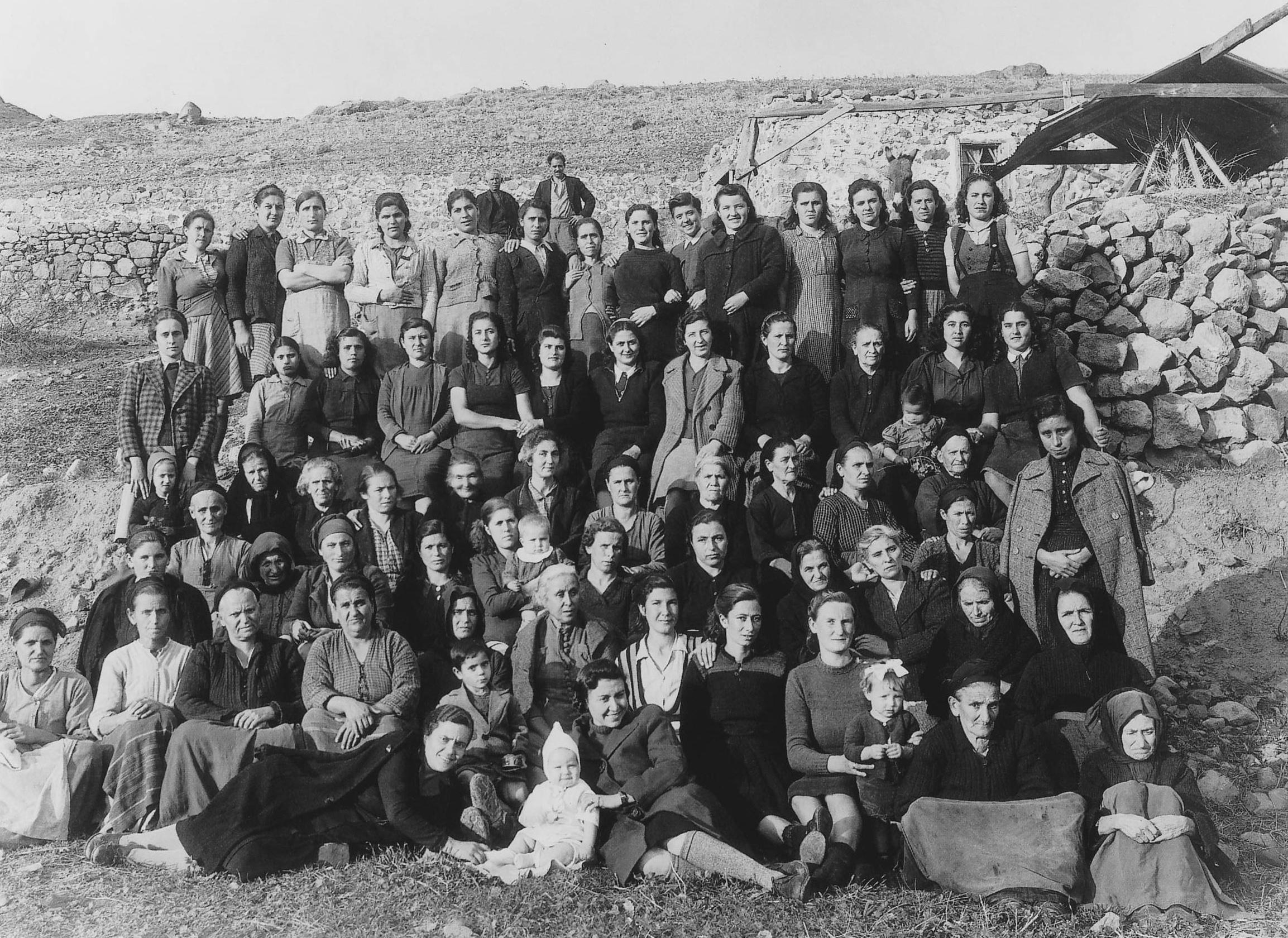 Γυναίκες στον 'Αη-Στράτη, μαζί με κάποια από τα παιδιά τους, μετά την αποχώρηση από το Τρίκερι