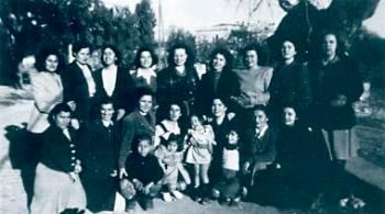 Στην αυλή του στρατώνα Χίου εξόριστες με τα παιδιά τους