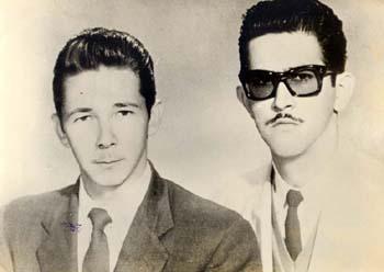 """Ο Ραούλ Κάστρο και ο Αντόνιο """"Νίκο"""" Λόπεζ στο Μεξικό, το 1956. Συμμετείχαν και οι δυο στις ταυτόχρονες επιθέσεις σε Μονκάδα (Ραούλ) και Μπαγιάμο (Λόπεζ). Ο Νίκο Λόπεζ έπεσε το 1956 μετά την απόβαση του «Γκράνμα» στα παράλια του Οριέντε."""