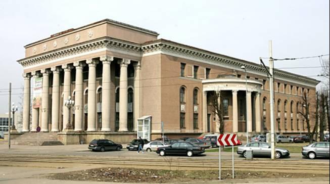 Το Παλάτι Πολιτισμού του εργοστασίου VEF σχεδιάστηκε από τον αρχιτέκτονα Νικολάι Σεμένσεβ και χτίστηκε επί σοσιαλισμού. Η φωτογραφία είναι μεταγενέστερη. Από την πρόσοψη έχουν αφαιρεθεί το έμβλημα και η σημαία της Σοβιετικής Σοσιαλιστικής Δημοκρατίας της Λετονίας.
