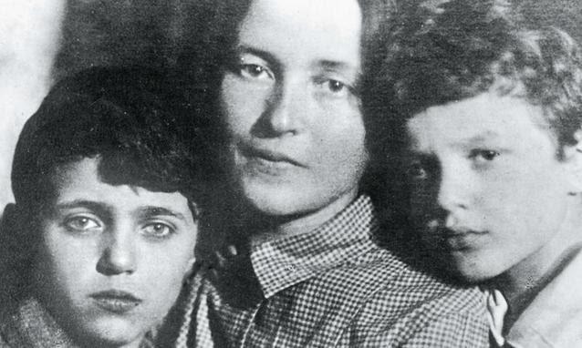 Τζούλια, Ντέλιο, Τζουλιάνο Γκράμσι