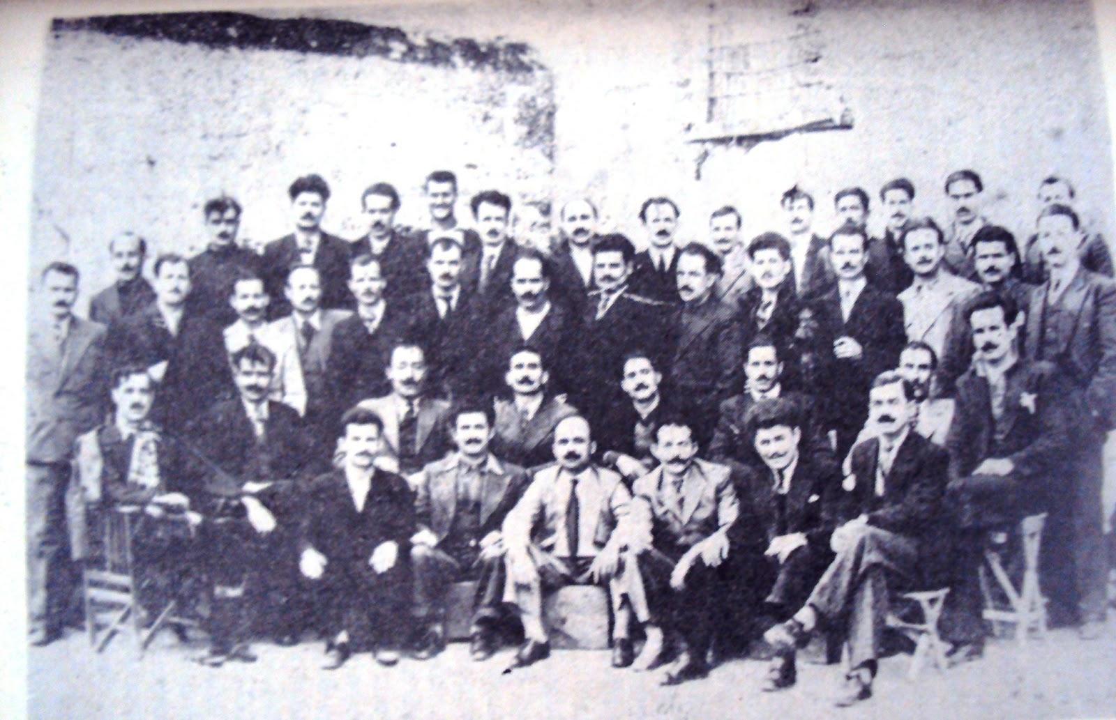 Ομάδα πολιτικών κρατούμενων που εργάζονταν στα συνεργεία της Ακροναυπλιάς. Πολλοί από αυτούς εκτελέστηκαν στην Κατοχή και τον Εμφύλιο