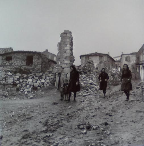 Χωρικές δίπλα σε ερείπια, 1945-47
