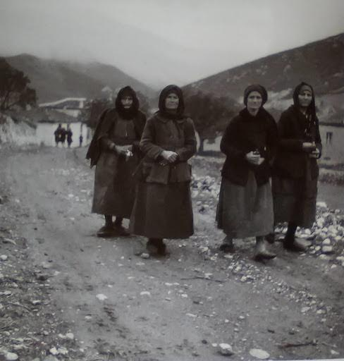 Μαυροντυμένες γυναίκες, Δίστομο, 1945