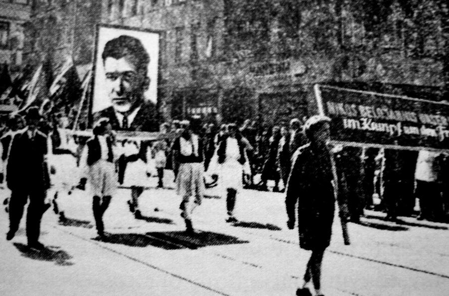 Εργάτες του εργοστασίου «Ναγκέμπα» της Λαοκρατικής Δημοκρατίας της Γερμανίας, το οποίο μετονομάστηκε σε «Μπελογιάννης», σε πρωτομαγιάτικη εκδήλωση κρατώντας φωτογραφία του Μπελογιάννη