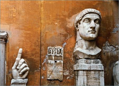 Τμήματα ενός γιγαντιαίου αγάλματος του Μεγάλου Κωνσταντίνου στον λόφο Καπιτωλίου στη Ρώμη