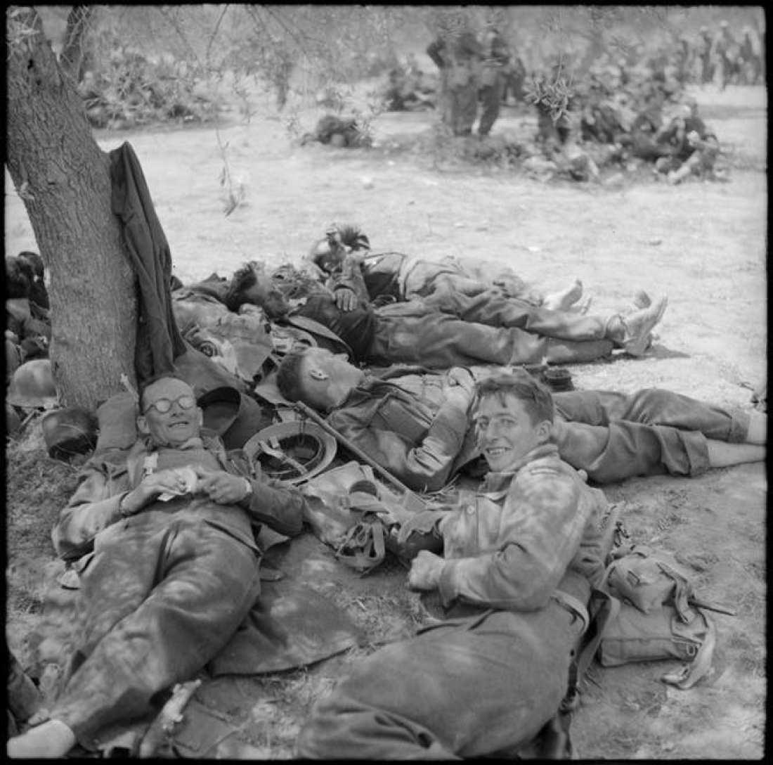1941 Χανιά, Αγγλοι στρατιώτες χαλαροί και ακροβολισμένοι κάτω από τις ελiές, περιμένουν την επίθεση
