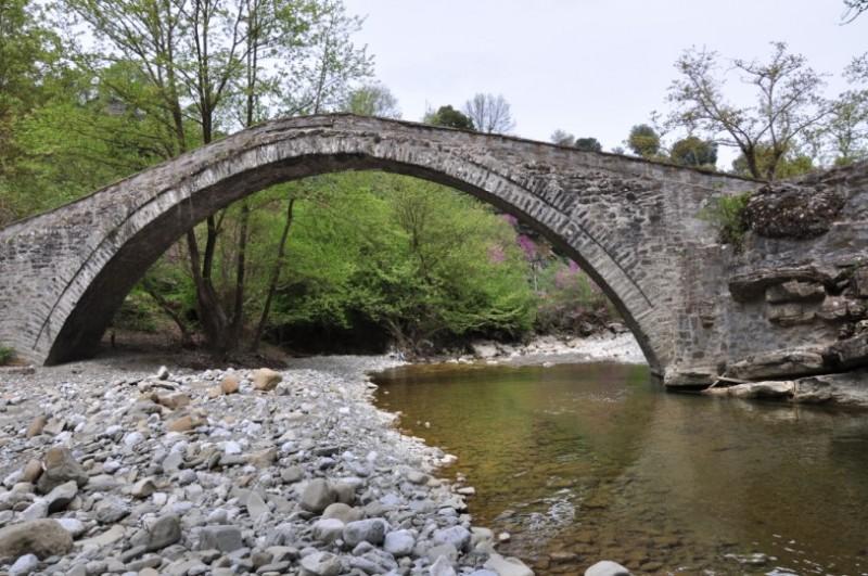 Η γέφυρα Καμάρα Μεσοπύργου είναι το πέτρινο μονότοξο γεφύρι, το οποίο γεφυρώνει το ρέμα που διασχίζει το ομώνυμο χωριό. Έχει άνοιγμα τόξου 19 μ. και το ύψος του είναι 8 μ, ενώ δεν υπάρχουν στοιχεία για το πότε κτίστηκε. Οι κάτοικοι της περιοχής θεωρούν ότι είναι έργο του 18ου αι. όπως και ο παλιός νερόμυλος, που βρίσκεται σε κοντινή απόσταση. Η γέφυρα Καμάρα-Μεγαλόχαρη είναι ένα πανέμορφο μικρό μονότοξο γεφύρι που ένωνε τα χωριά Μεγαλόχαρη και Μηλιανά. Στοιχεία για την κατασκευή του δεν υπάρχουν. Οι ντόπιοι θεωρούν ότι πρέπει να κτίστηκε την ίδια εποχή με το Μοναστήρι της Μεγαλόχαρης, δηλαδή στα μισά του 14 αι. Το γεφύρι χρήζει συντήρησης. Αξιοθέατο της περιοχής στον δρόμο για τις Πηγές είναι η «Περαταριά», το χειροκίνητο τελεφερίκ-βαγονάκι, το οποίο κινείται με τροχαλία επάνω σε χονδρό σύρμα. Χρησιμοποιείται από το 1960 και ενώνει τις όχθες του ποταμού Αχελώου και ουσιαστικά τη Άρτα με τη Καρδίτσας.