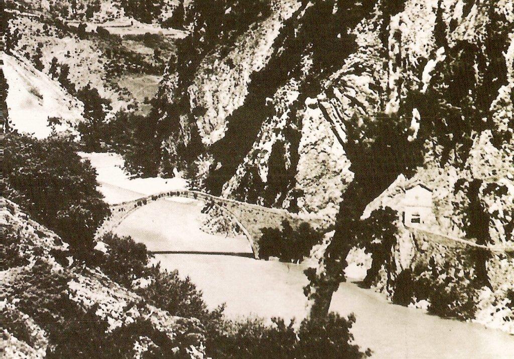 Στην ιστορία της γέφυρας του Κοράκου αποτυπώνονται τα σημάδια της ταραγμένης πορείας της στον χρόνο, των κατά καιρούς διχασμών και ιδεολογικών αντιπαραθέσεων στην σύγχρονη ελληνική ιστορία. Η γέφυρα ανατινάχθηκε το 1949 από άνδρες του Δημοκρατικού Στρατού, σε μια προσπάθεια να ανακόψουν την επίθεση που δέχονταν. «Έζησε» για 435 χρόνια αντέχοντας σε σεισμούς και στις... κατεβασιές του Αχελώου έως ότου έπεσε κι αυτή «θύμα» του Εμφυλίου. Το γεφύρι ένωνε την Αργιθέα με την Άρτα, στο ορεινό σημείο Πυργάκι, κοντά στο χωριό Πηγές.