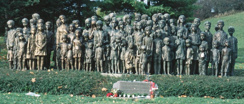 Το γλυπτό με τα 82 χάλκινα αγάλματα, 40 αγόρια και 42 κορίτσια, των παιδιών του Λίντιτσε που θανατώθηκαν στους θαλάμους αερίων των χιτλερικών, στέκει στο μαρτυρικό χωριό για να θυμίζει τι σημαίνει φασισμός