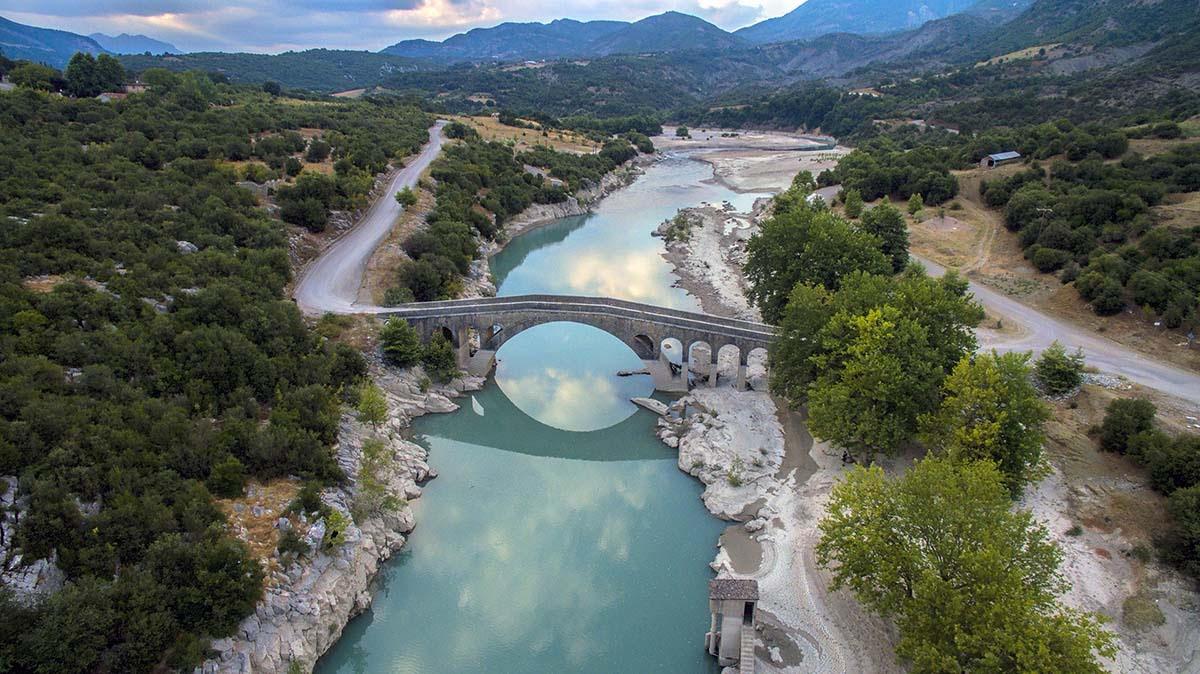 Η γέφυρα της Τέμπλας συνδέει τον νομό Ευρυτανίας με εκείνον της Αιτωλοακαρνανίας. Είναι ένα πετρόχτιστο γεφύρι του 1915. Πριν τη κατασκευή του από πέτρα, υπήρχε ένα ξύλινο, μια «τέμπλα», όπως αποκαλείται στο τοπικό ιδίωμα, από όπου πήρε το όνομα του. Παλιά, το λέγανε και γεφύρι του Στράτου, διότι εκείνος μερίμνησε για τη κατασκευή των γεφυριών του Αυλακίου και των Βρουβιανών. Κατά τον εμφύλιο επιχειρήθηκε η ανατίναξη του χωρίς αποτέλεσμα. Ωστόσο, μετά την αποτυχημένη έκρηξη, φέρει εμφανή μεγάλη ρωγμή στο ανατολικό βάθρο. Η γέφυρα αποτελεί μια εντυπωσιακή λιθόκτιστη κατασκευή. Έχει επιβλητικό όγκο, απόλυτα εναρμονισμένο με το φυσικό περιβάλλον, και αξιόλογες κατασκευαστικές και διακοσμητικές λεπτομέρειες οι οποίες συνθέτουν ένα αρμονικό σύνολο. Το γεφύρι της Τέμπλας έχει χαρακτηριστεί, ως διατηρητέο μνημείο, από την υπουργό Πολιτιμσού Μελίνα Μερκούρη.