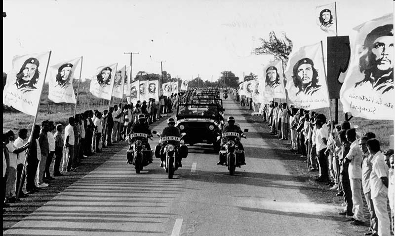 Αυτοκινητοπομπή μεταφέρει τις σωρούς του Τσε και των συντρόφων του στην Σάντα Κλάρα.