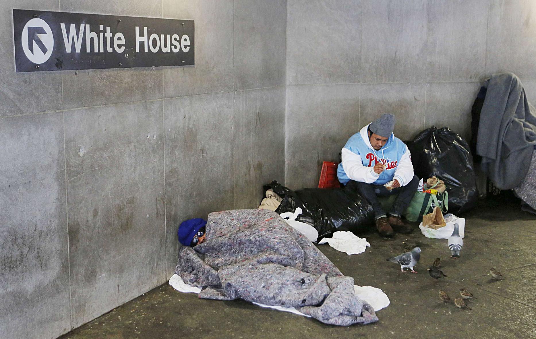 Άστεγοι στο μετρό της Ουάσινγκτον.