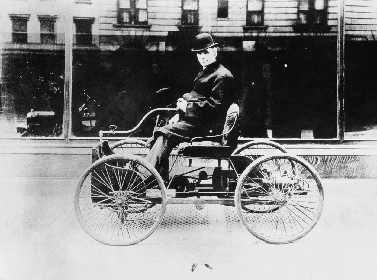Ο αυτοκινητοβιομήχανος και ιδρυτής της αυτοκινητοβιομηχανίας Ford Motor Company, Χένρυ Φορντ, οδηγεί το πρώτο αυτοκίνητο που κατασκεύασε ποτέ, στο Ντιαρμπόρν του Μίτσιγκαν, το 1896. (ΑP Photo) - Πηγή Καθημερινή