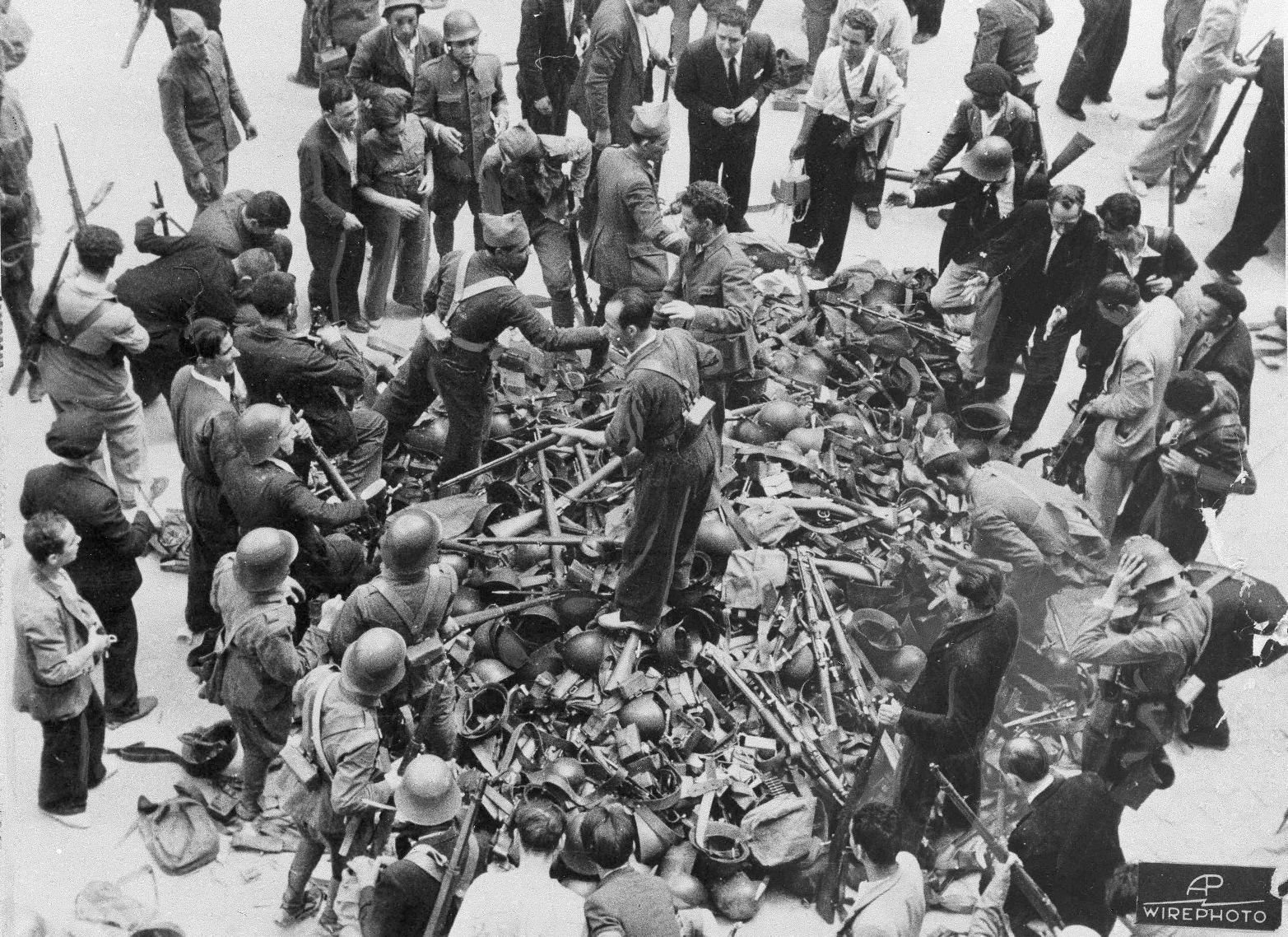 Όπλα και πυρομαχικά μοιράζονται σε απλούς πολίτες στους στρατώνες της Μαδρίτης, καθώς πολλοί πολίτες αποφασίζουν να πάρουν τα όπλα στο πλευρό της κυβέρνησης και εναντίον της ανταρσίας στου στρατηγού Φράνκο, σκοπεύοντας να προστατεύσουν την πόλη τους από τα στασιαστικά στρατεύματα, την πρώτη χρονιά του Ισπανικού Εμφυλίου Πολέμου, το 1936. (AP Photo) - Πηγή: Καθημερινή