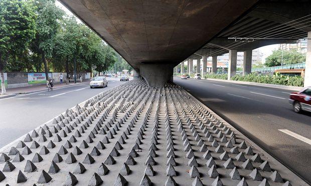 Βρετανία: Καρφιά κάτω από γέφυρα για να μην κοιμούνται οι άστεγοι