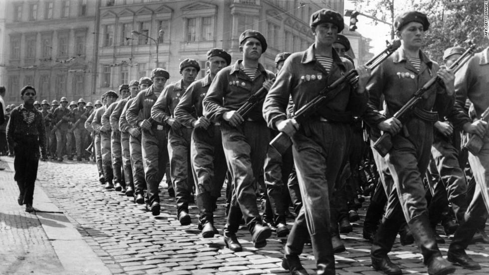 Στρατιώτες των δυνάμεων του Συμφώνου της Βαρσοβίας παρελαύνουν στην Πράγα. Η αντεπανάσταση έχει ηττηθεί.